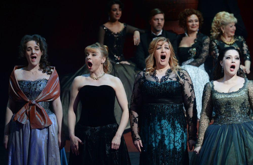 Artistas durante o espetáculo de aniversário em um dos teatros de ópera de Moscou