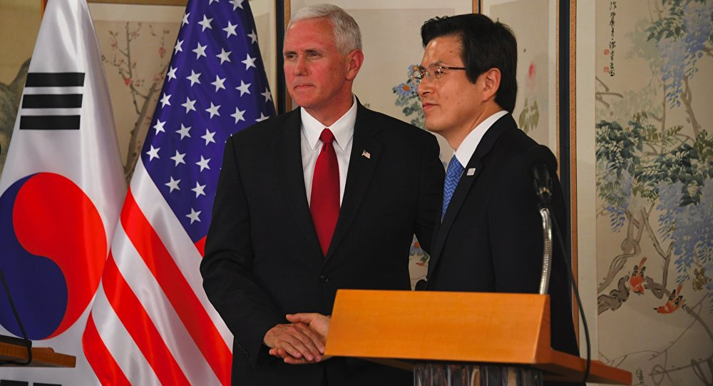 O vice-presidente norte-americano Mike Pence aperta as mãos com o presidente interino Hwang Kyo-Ahn durante uma coletiva de imprensa após a reunião em Seul em 17 de abril de 2017.