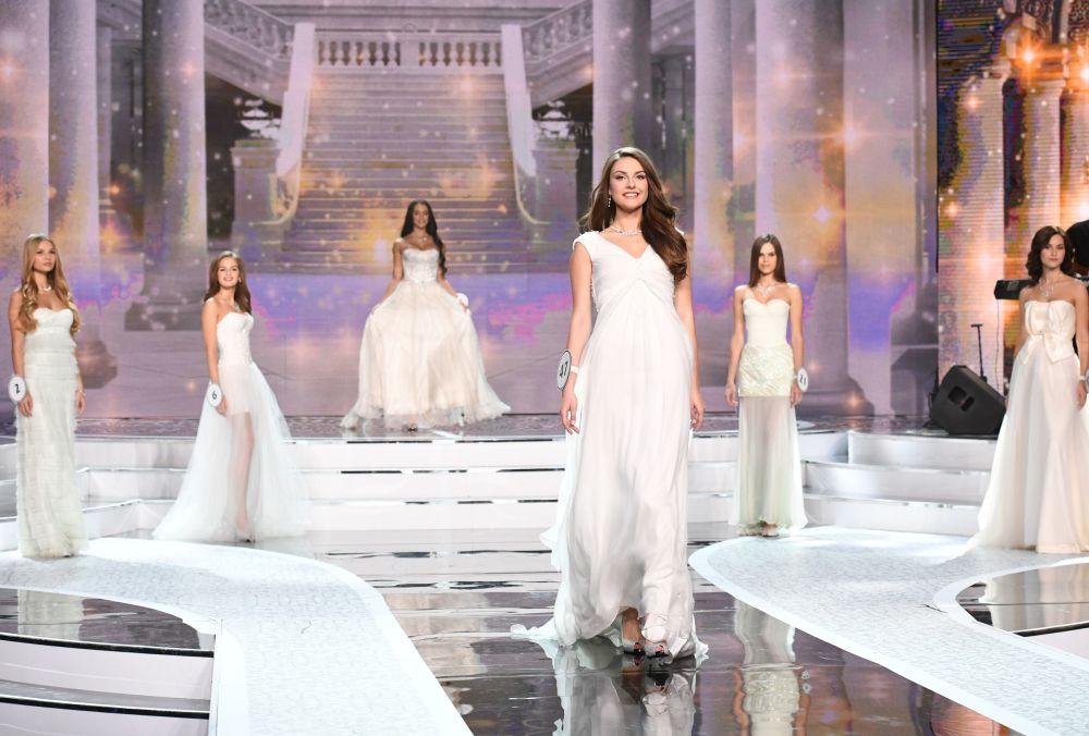 O desfile das finalistas do concurso de beleza Miss Rússia 2017 no salão de concerto Barvikha