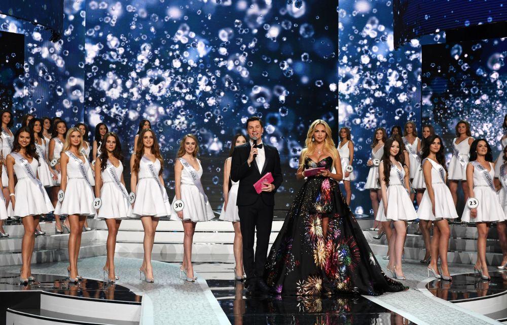 Os apresentadores do concurso Miss Rússia 2017, Viktoria Lopyreva e Maxim Privalov