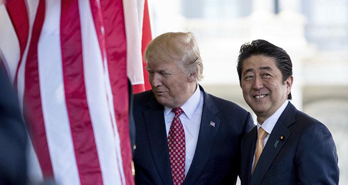 Presidente norte-americano Donald Trump cumprimenta o premiê japonês Shinzo Abe