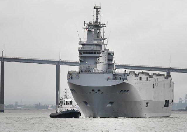 Porta-helicópteros Mistral parte de Saint-Nazaire (França) rumo a Alexandria (Egito), seu porto de origem.