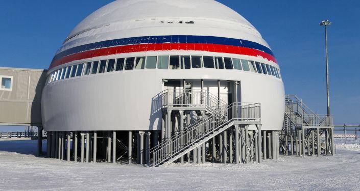 A infraestrutura militar da base russa consiste em instalações especiais e residenciais, postos de comando, armazéns para equipamento técnico e bloco autônomo de energia
