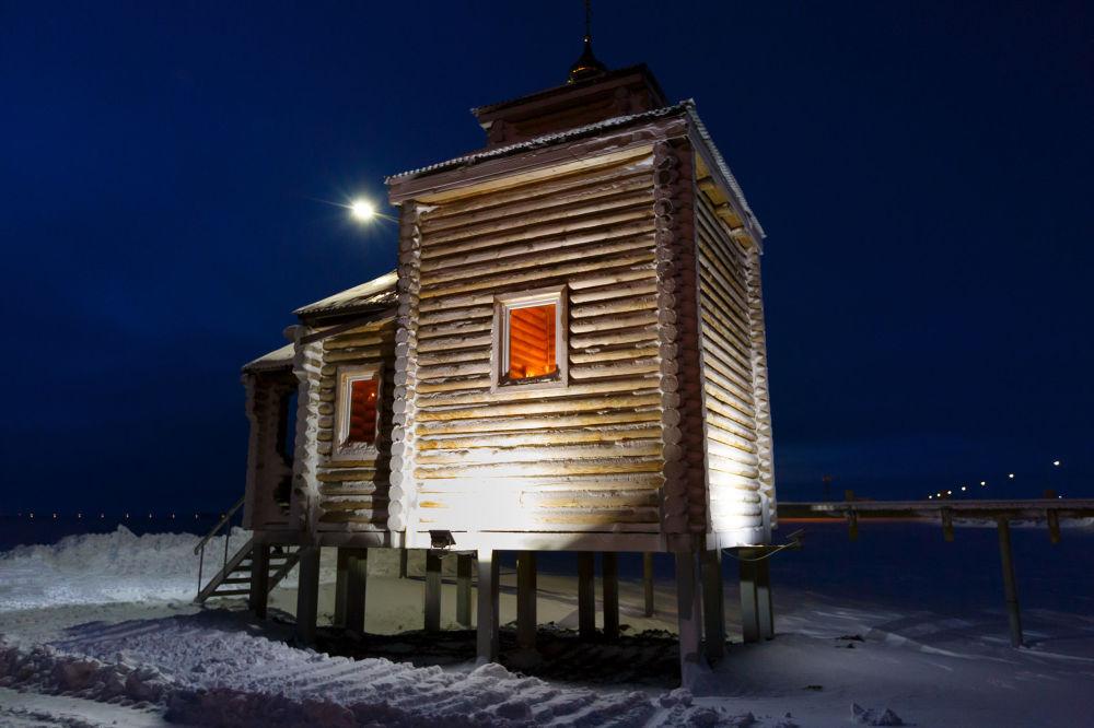 A igreja de madeira construída no território da base Trifólio Ártico