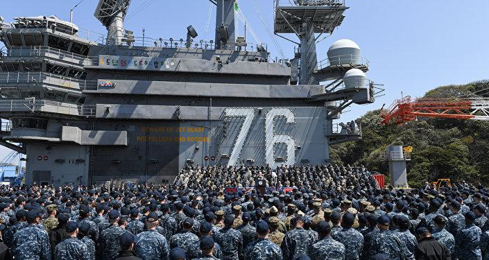 O vice-presidente norte-americano, Mike Pence, que atualmente está no Japão, manifestou-se no porta-aviões Ronald Reagan, que foi deslocado para base militar de Yokosuka