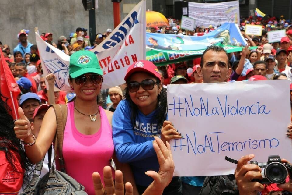 'Não à violência. Não ao terrorismo', pede manifestante
