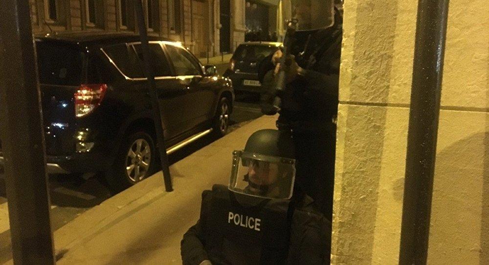 Polícia de Paris realiza buscas após tiroteio na Champs-Elysées