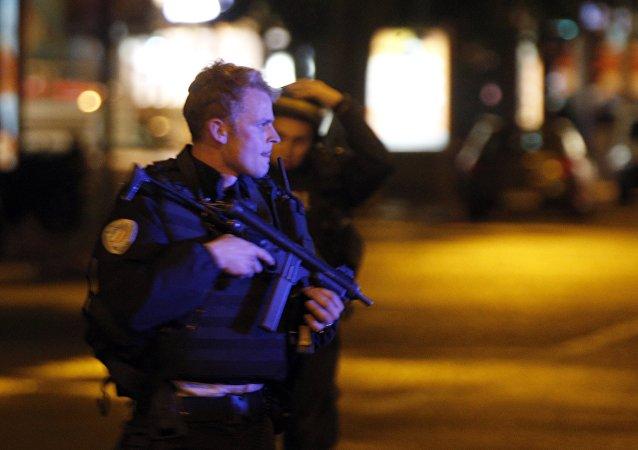 Polícia francesa na avenida Champs Elysees, Paris, logo após tiroteio que matou um policial em 20 de abril de 2017