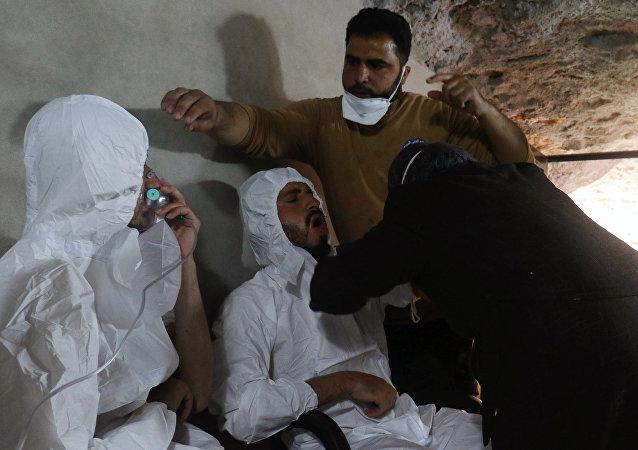 Homem com máscara de oxigênio depois do alegado ataque químico na cidade de Khan Shaykhun,em Idlib, Síria, em 4 de 2017