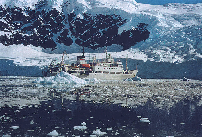 O navio do Instituto de Geoquímica e Química Analítica Vernadsky da Academia de Ciências da Rússia