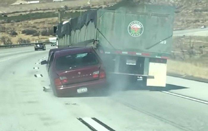 Caminhão arrasta carro por quilômetros