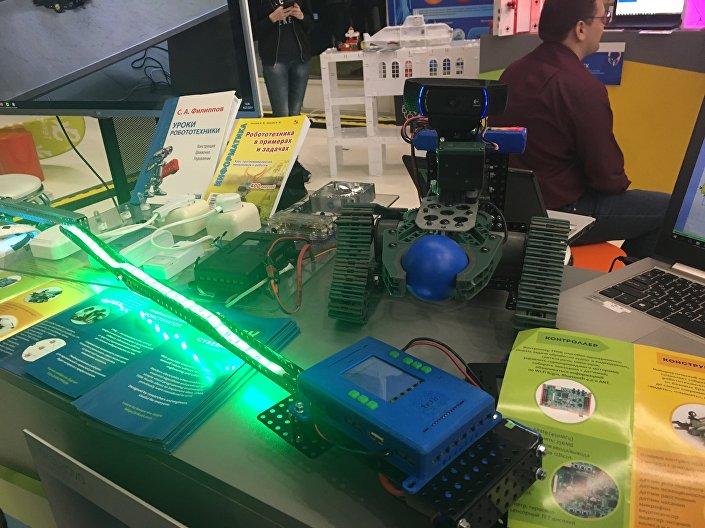 Aparelhos criados pelos alunos com base nos sets da empresa russa de robótica TRIK.