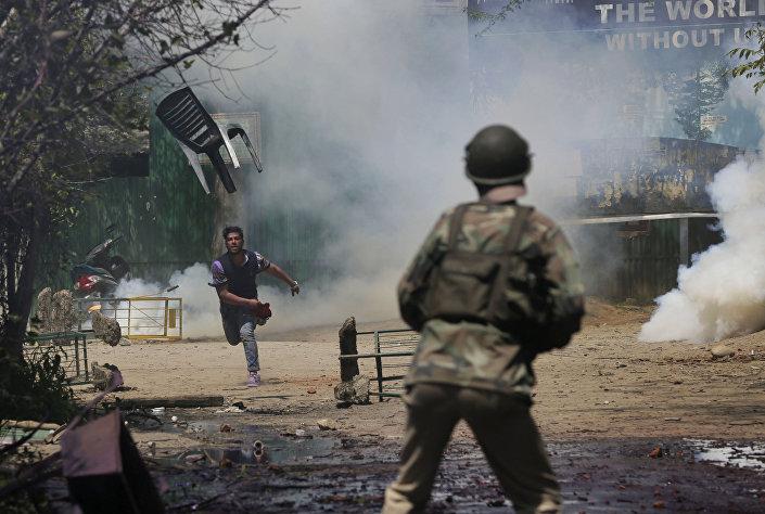 Estudante de Caxemira lança cadeira contra policial hindu durante confrontos em Srinagar