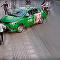 Karma existe: ladrão de bolsa é logo barrado por motorista de táxi