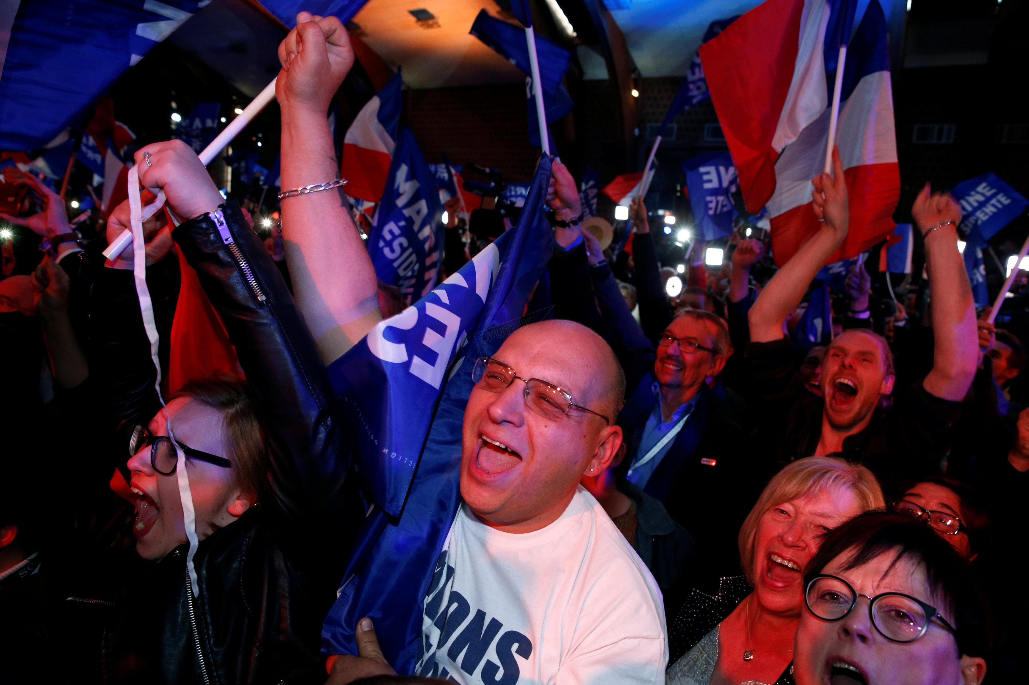 Os partidários de Marine Le Pen, líder da Frente Nacional e candidata à eleição presidencial de 2017, reagem aos primeiros resultados do primeiro turno, em Henin-Beaumont, norte da França, 23 de abril de 2017. REUTERS / Pascal Rossignol