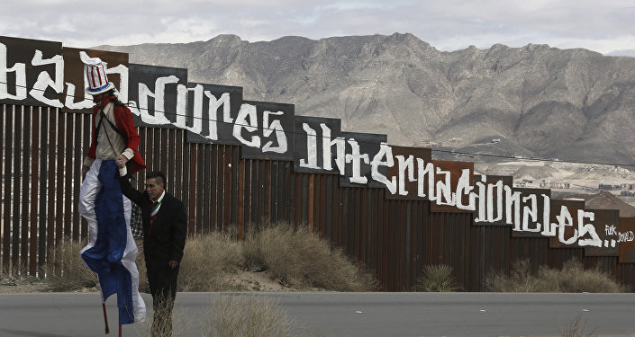 Manifestantes exibem um Tio Sam 'diabólico' na fronteira com os EUA, Juarez, México