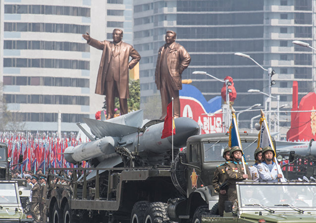 Material bélico da Coreia do Norte mostrado durante o desfile militar