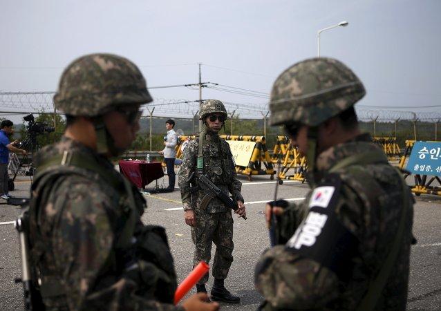 Soldados sul-coreanos de guarda em um posto de controle na Ponte da Grande Unificação, que leva à aldeia de tréguas Panmunjom, ao sul da zona desmilitarizada que separa as duas Coreias, em Paju, na Coreia do Sul