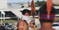 Homem amarra pano em volta do rosto para evitar o gás tóxico