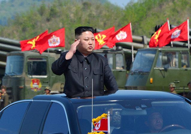 O líder da Coréia do Norte, Kim Jong Un, assiste a um exercício militar marcando o 85º aniversário do estabelecimento do Exército Popular da Coréia (KPA) nesta foto da Agência Coreana de Notícias da Coreia do Norte (KCNA) disponibilizada em abril