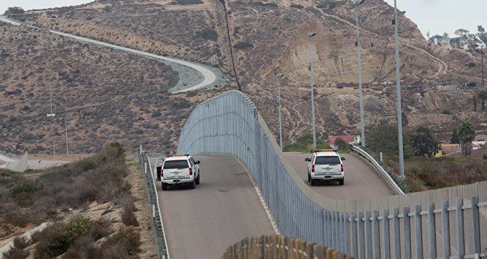 Agentes da fronteira dos EUA com México patrulham região durante abertura da Porta da Esperança situada no Parque da Amizade, São Diego, Califórnia, 16 de novembro de 2016