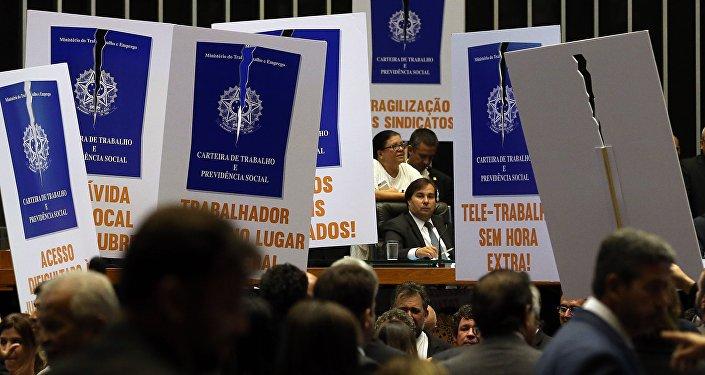Oposição protesta contra projeto de reforma trabalhista na Câmara dos Deputados, em 26 de abril de 2017