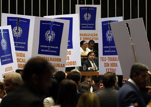 Oposição protesta contra projeto de reforma trabalhista na Câmara dos Deputados