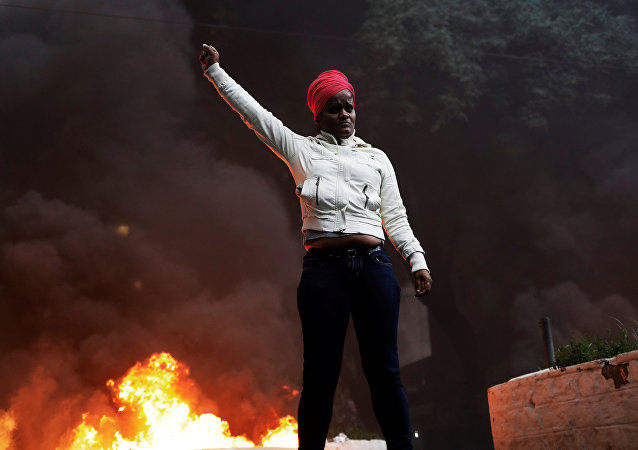 Uma integrante do MST participa de um ato no âmbito da greve geral de 28 de abril de 2017 em São Paulo