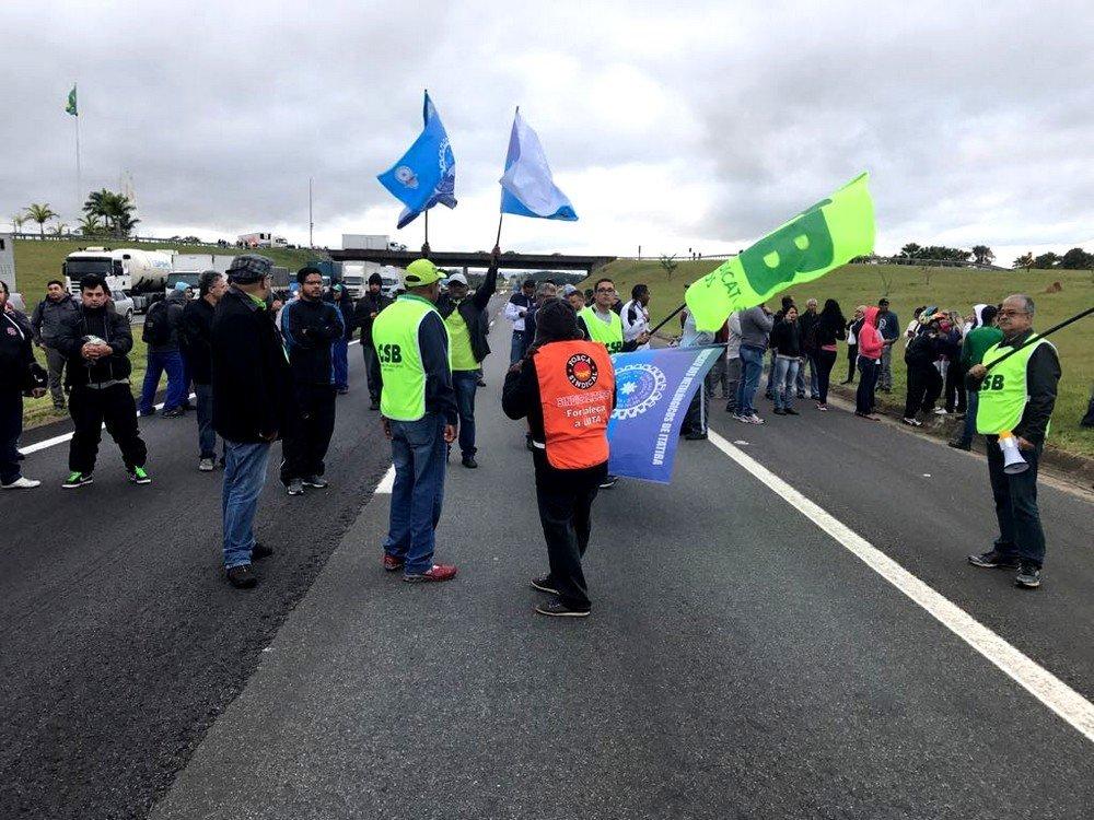 A Rodovia Dom Pedro foi bloqueada por trabalhadores em protesto na manhã desta sexta-feira (28)  nos dois sentidos, em Itatiba (SP)