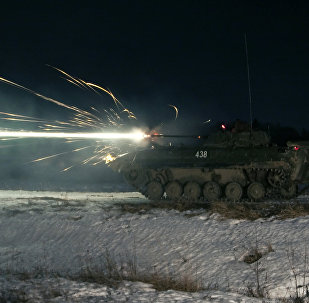 Veículo de combate da infantaria russa BMP-2 da quarta divisão Kantemirovskaya realiza exercícios nos arredores de Moscou