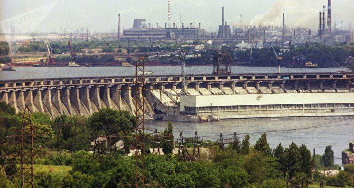 Vista da usina hidrelétrica no rio Dniepre