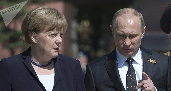 A chanceler alemã Angela Merkel e o presidente da Rússia Vladimir Putin