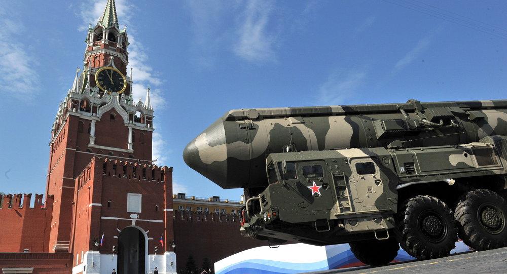 Míssil balístico intercontinental russo Topol-M em exibição na Praça Vermelha durante celebrações do Dia da Vitória em Moscou (arquivo)