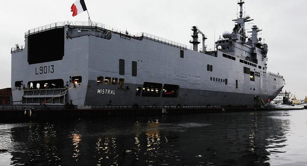 Navio Mistral francês