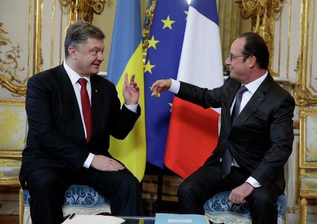 François Hollande e Pyotr Poroshenko durante encontro em Paris, em 22 de abril de 2015