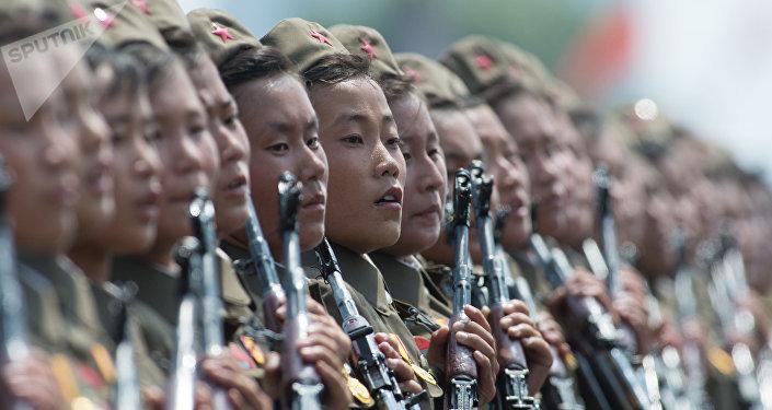 Militares norte-coreanas durante parada em 2013 em Pyongyang
