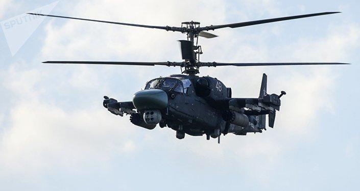 Um helicóptero Ka-52 durante o show aéreo