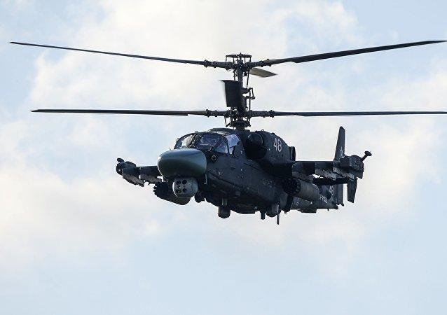Um helicóptero Ka-52 durante o show aéreo no fórum internacional Army 2015
