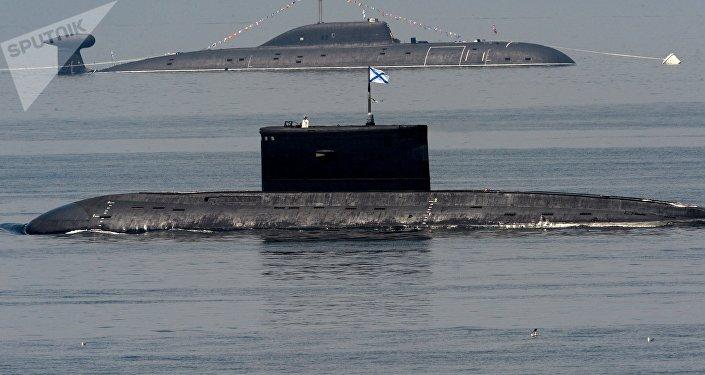Submarinos russos da Frota do Pacífico durante as celebrações do Dia da Marinha em Vladivostok.
