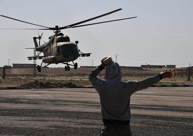 Um helicóptero militar Mi-8 no aeroporto de Deir ez-Zor (arquivo)