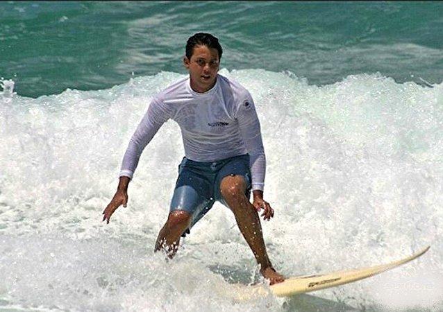 Guido surfando no Rio
