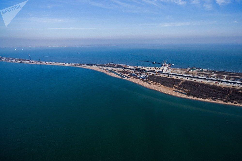 Construção da rodovia através do Estreito de Kerch na ilha de Tuzla, no mar de Azov