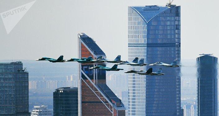 Caças Su-35, Su-27 e Su-34 durante ensaio da parte aérea da Parada da Vitória em Moscou