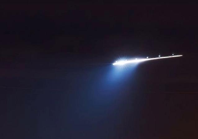 Grande nave extraterrestre com luz intermitente
