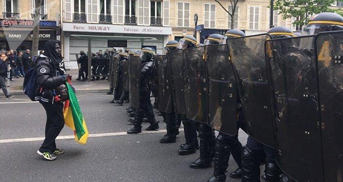 Um manifestante anti-Macron enfrenta a polícia antimotim em uma rua da capital francesa, em 8 de maio de 2017
