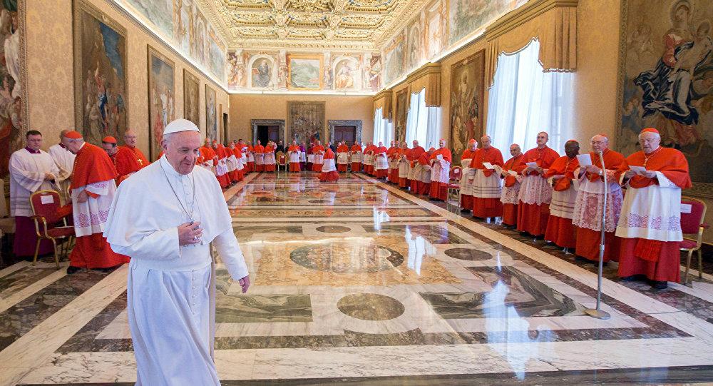 Papa Francisco é visto no Palácio Apostólico no Vaticano, onde, em reunião formal com os cardeais, foi feita a escolha da data exata para um ofício religioso de canonização de novos santos, em 20 de abril de 2017
