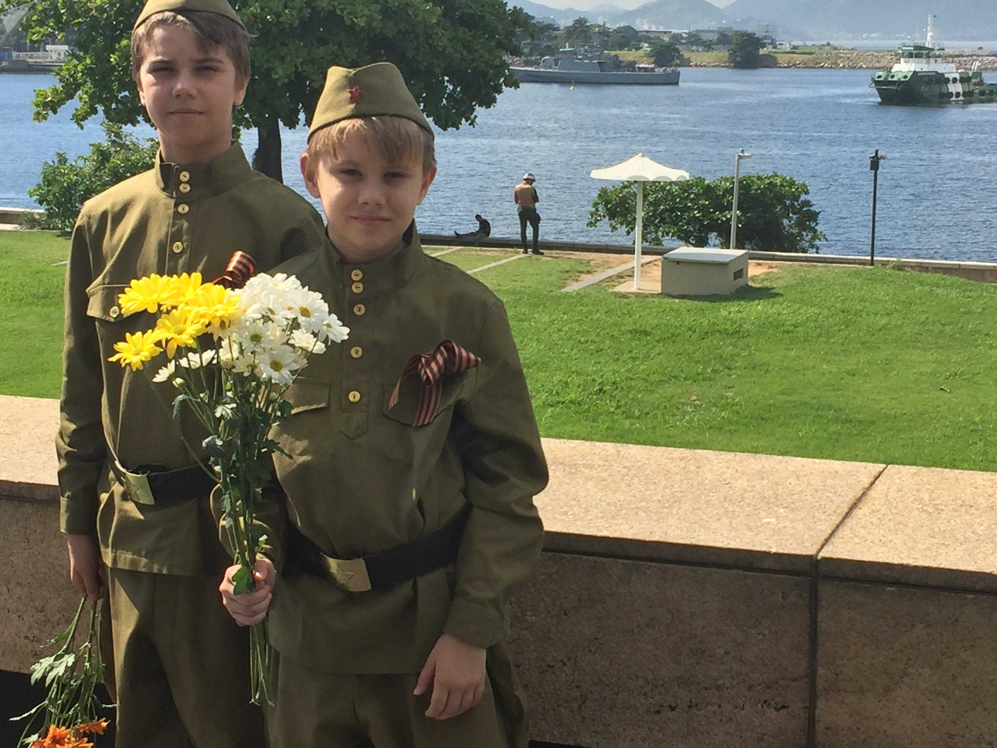 Crianças russas participaram das comemorações pelo Dia da Vitória usando a fita de São Jorge, sinal de respeito e luto pelos heróis nacionais da 2ª Guerra