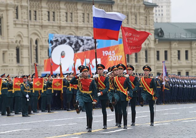 Grupo porta-bandeira marcha pela Praça Vermelha, em Moscou, no dia 9 de maio de 2017, durante a Parada da Vitória