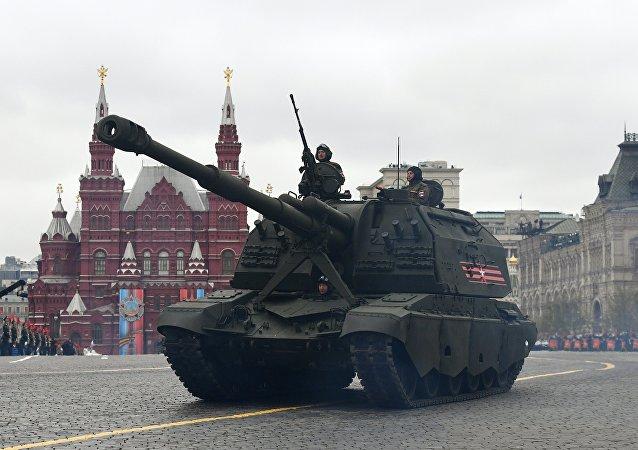Um obuseiro autopropulsado MSTA-S é visto na Parada da Vitória em 9 de maio em Moscou