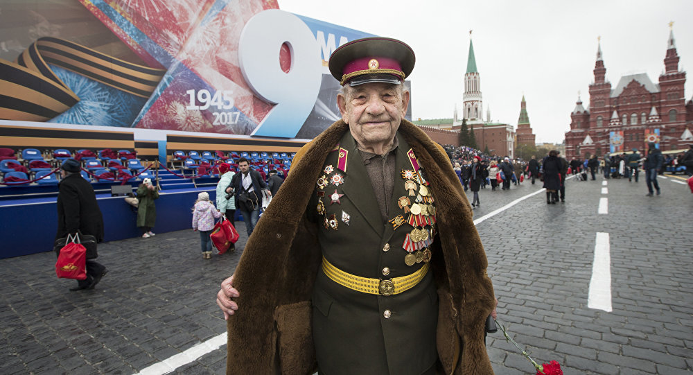 Veterano da 2ª Guerra Mundial, Aleksei Marchenkov, com 94 anos de idade, posa na Praça Vermelha após a Parada da Vitória de 2017 em Moscou